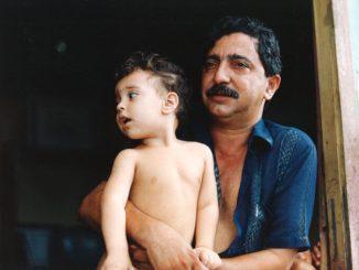 Chico Mendes com o filho, Sandino. Foto tirada 5 semanas antes de seu assassinato. Foto: Miranda Smith, Miranda Productions, Inc.