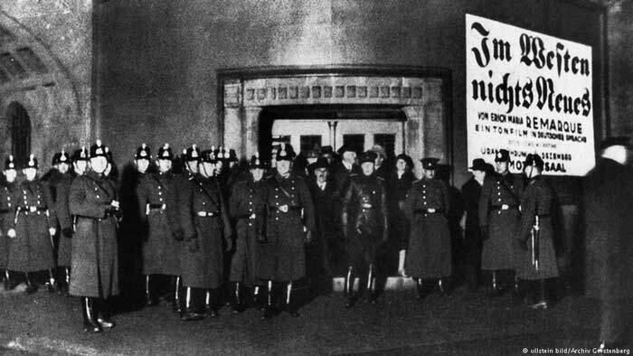 Os nazistas causaram um alvoroço na estréia do filme. A polícia foi chamada para garantir a segurança no cinema.