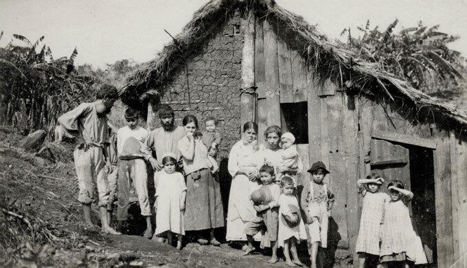 Habitação típica das populações rurais, com paredes de barro e cobertura de capim ou palha, conhecia como cafua. Doença de Chagas em foco.
