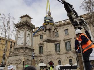 Retirada da escultura de Antonio López, primeiro Marquês de Comillas. Foto: Twitter / Ayuntamiento de Barcelona.