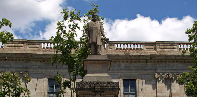 Estátua de Antonio López, em Barcelona. Wikipedia Commons.