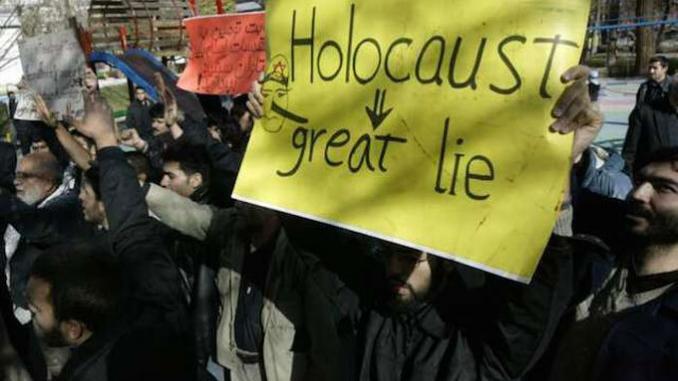 """""""Holocausto: a grande mentira"""". Cartaz em manifestação de rua. Fonte: Museu do Holocausto de Washington."""