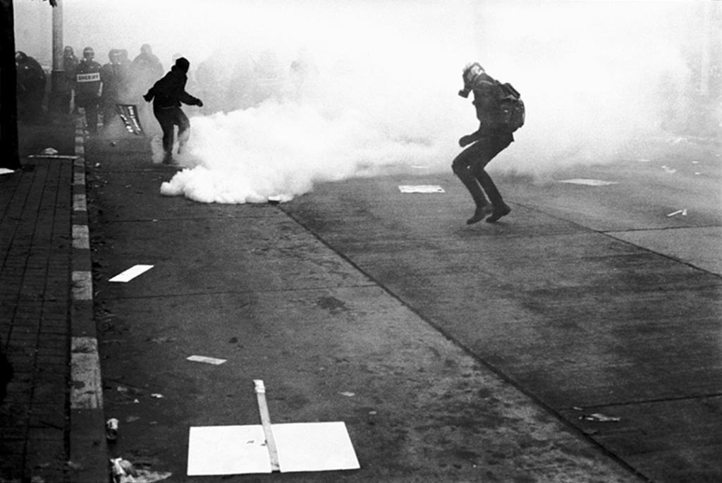 Black Blocs enfrentam a tropa de choque nas ruas de Seattle em 1999. Foto: Jnarrin