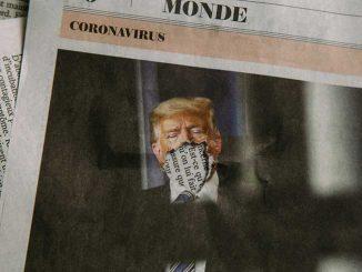 Presidente Donald Trump em jornal. No lugar da boca, um rasgo.