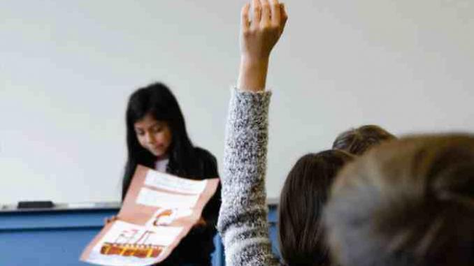 Estudante apresenta trabalho em sala de aula