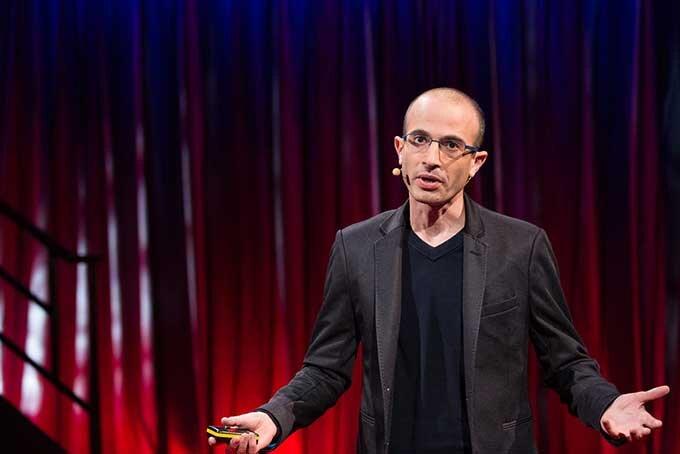 Yuval Noah Harari durante palestra no TED
