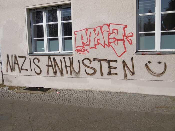 """Na parede de uma casa na Großgörschenstraße 28, em Berlim, um grafite diz algo como """"tussa na cara dos nazistas"""". Foto: Barbara Push"""
