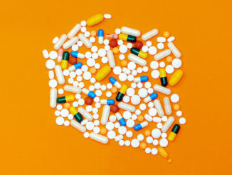 Comprimidos e pílulas ilustram a cloroquina e outos medicamentos da mesma família.