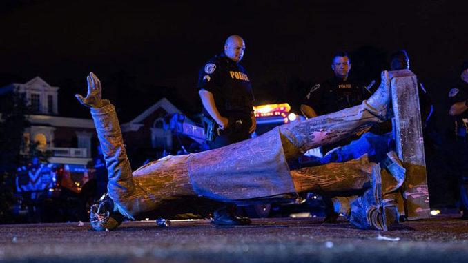 Estátua de Jefferson Davis derrubada em Richmond, na Virgínia, nos EUA - Parker Michels-Boyce/AFP