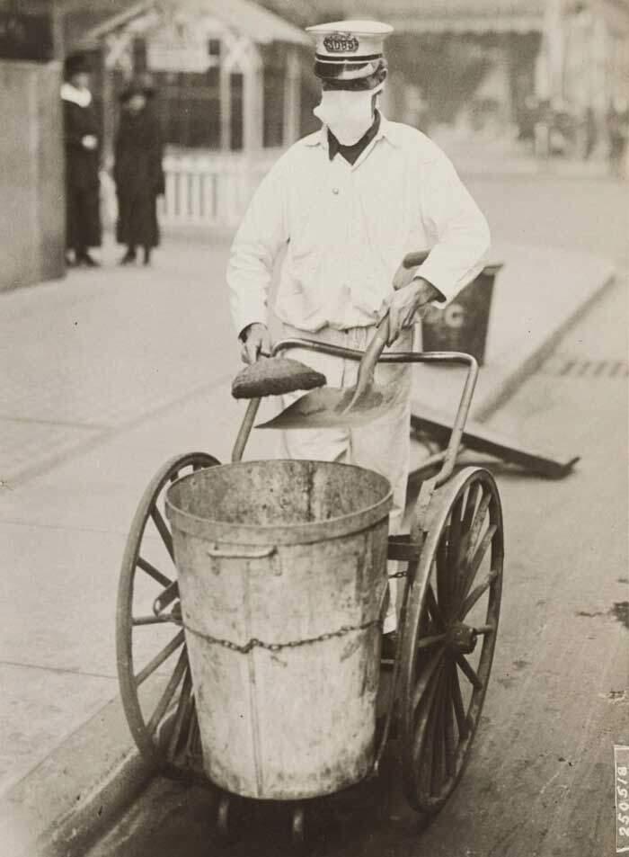 Limpador de rua usando a mascara da gripe, 1918.