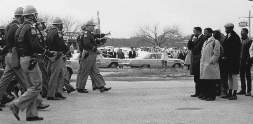 Momento em que o aviso de dois minutos é dado pela polícia. Selma, 1993. Foto: National Archives, Identificador: 16899041