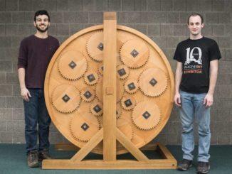 Ian Kurtz e Reese Salen (na foto) construíram a roda de livros com os colegas estudantes de engenharia da RIT Matt Nygren e Maher Abdelkawi. Foto: Cortesia de Mireya Salinas.
