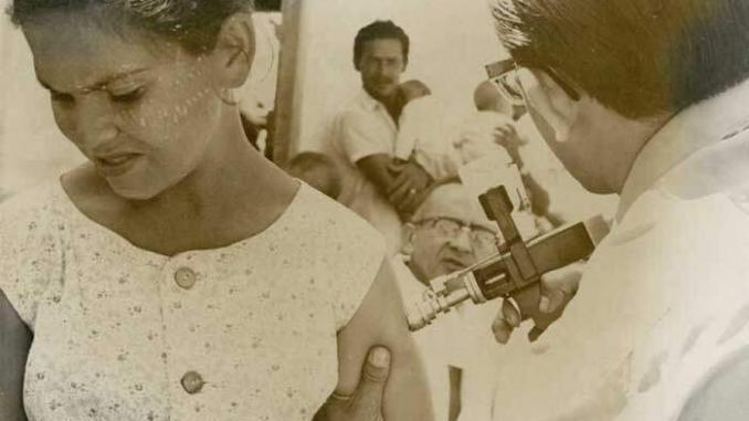 Pistola de pressão para aplicação da vacina substituiu métodos anteriores, permitindo vacinar um maior número de pessoas em curto espaço de tempo. Foto: Claudio Amaral, Acervo COC/Fiocruz.