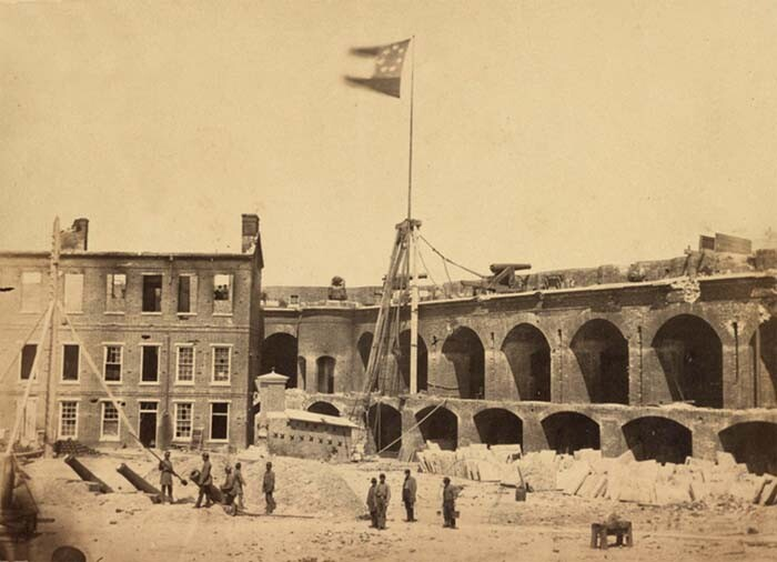 Bandeira Confederada tremulando no Fort Sumter. Foto: Ama A. Pelo, Wikipedia.